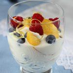 Un bicchiere pieno di freschezza – frutta e yogurt