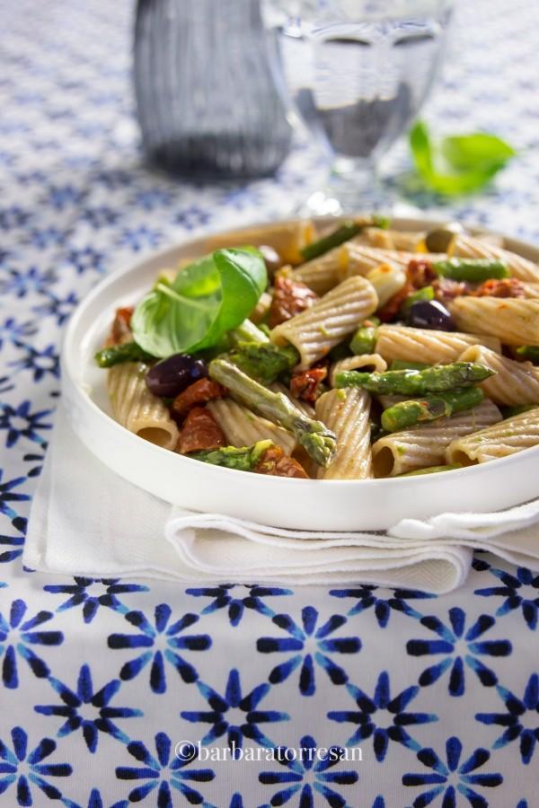 Maccheroni integrali con pomodorini secchi, asparagi e olive taggiasche