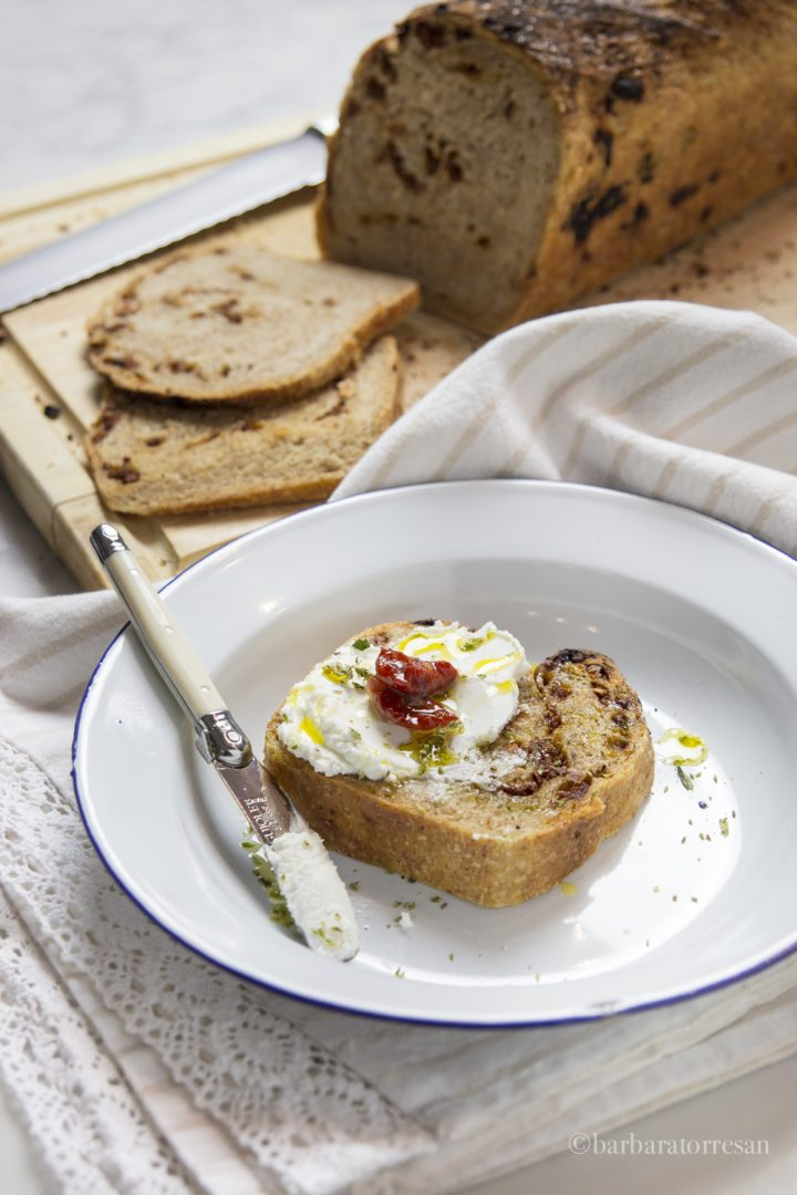 pane integrale con pomodorini secchi