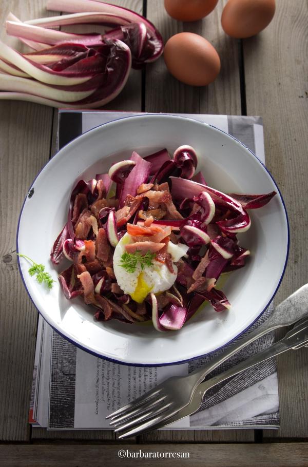 insalata radicchio, uova pochè e bacon